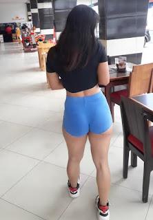 Sexy edecan ecuatoriana micro shorts entallados