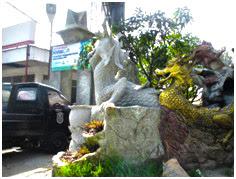 Patung kodok dan naga sebagai penanda jalan masuk ke lokasi pemandian Sembahe
