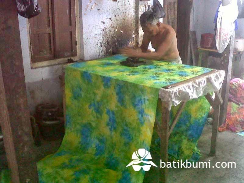 Proses pengecapan kain batik