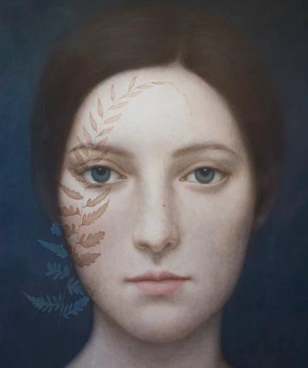Obra de arte: retrato de una joven con mirada fija al espectador con detalles naturalistas en el rostro: hojas de plantas.