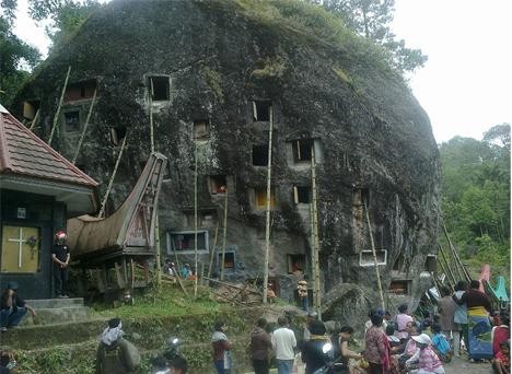 Ritual Ma'nenek Yang Unik Dari Suku Toraja