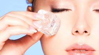 Cara Hilangkan kantung mata hitam dengan es batu