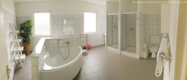 Großes Bad mit zwei Duschen und einer großen Badewanne im Central Hotel
