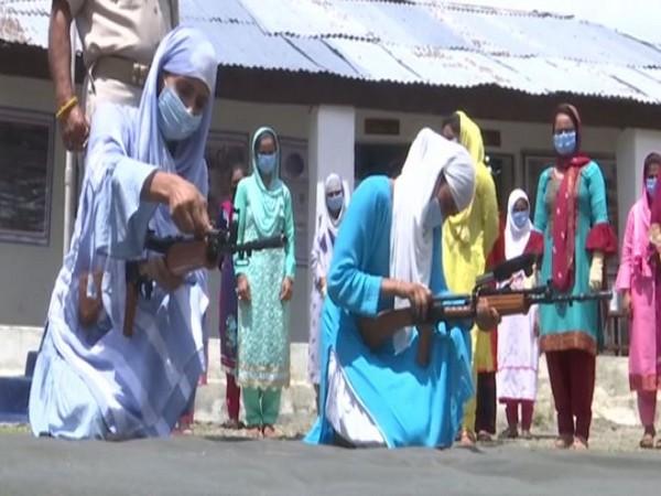 কাশ্মীরি মহিলাদেরকে এবার অস্ত্র প্রশিক্ষণ দেওয়ার কাজ শুরু  করল ভারতীয় সেবনাবাহিনী
