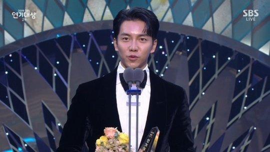 Suzy ve Lee Seung Gi, '2019 SBS Dizi Ödülleri'nde mükemmeliyet ödülü aldı
