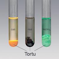 Deney tüplerindeki sıvı içinde çeşitli renklerdeki tortular