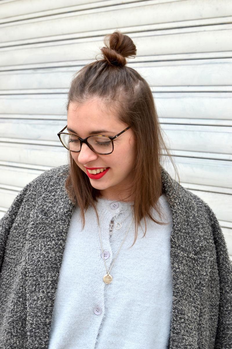 manteau gris chiné H&M, gilet angora Pretty Wire, collier l'atelier d'amaya