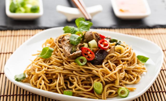 Китайское мясо с овощами и лапшой