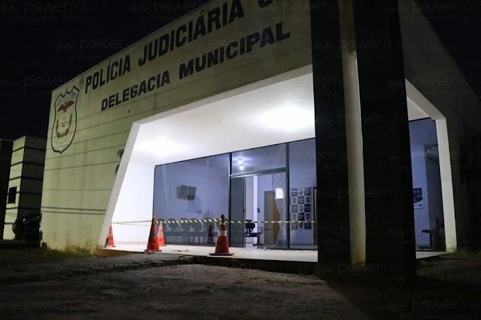 Delegacia de Nova Mutum sofre atentado: tiros estilhaçam porta de vidro na madrugada