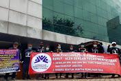 Puluhan Pemegang Polisi Asuransi Demo Kantor AJB Bumi Putra di Medan