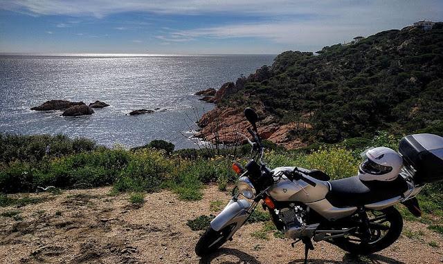 Moto Yamaha YBR amb vistes al mar