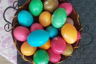 Βάψιμο αβγών με χρωματιστές ταμπλέτες
