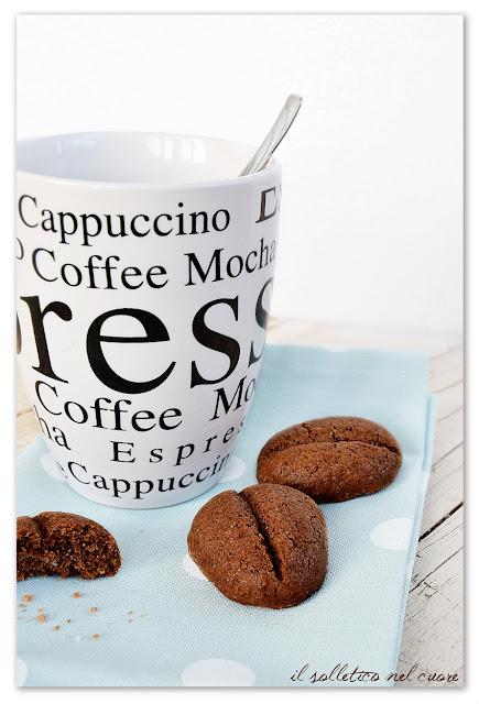 biscotti-al-cioccolato-e-caffè-a-forma-di-chicco-di caffè
