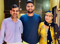 lalit yadav with her parents
