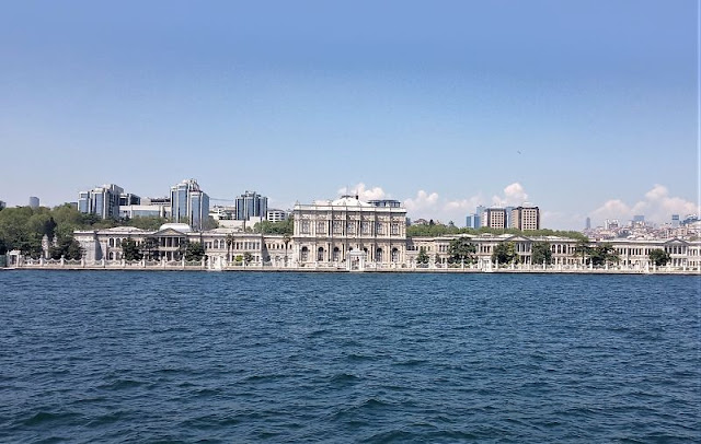 Palazzo Dolmabahçe visto dal traghetto