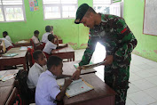 Anggota TNI Satgas Yonif MR 411 Kostrad Bantu Mengajar di Sekolah Perbatasan