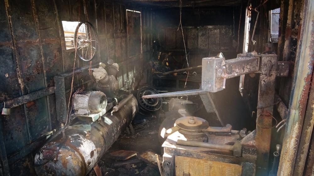 Sobadan çıkan yangın dükkanı küle çevirdi