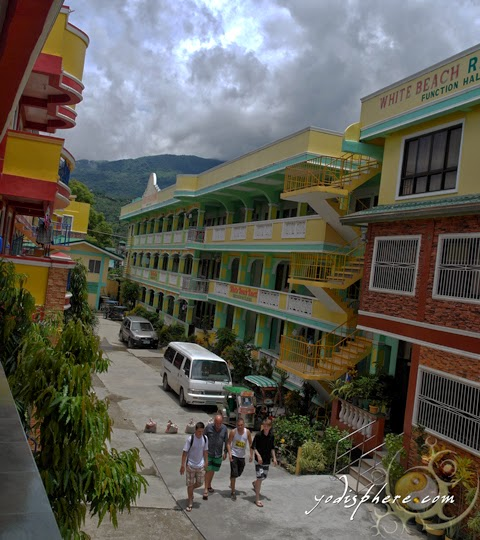 Cheap resorts offering cheap and affordable rooms at Puerto Galera White Beach.