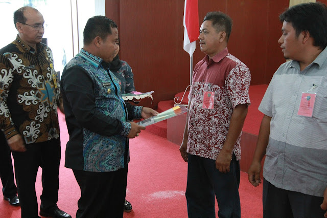 Pihak BPN menyerahkan sertifikat tanah secara simbolis kepada warga Labusel.