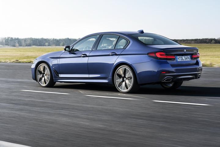 BMW 5-Series 2021 trình làng với lưới tản nhiệt lớn chưa từng thấy