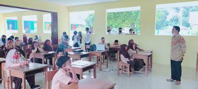 Siap mengahadapi New Normal, Tim KKN XV UBB desa Ibul melakukan penyerahan video edukasi New normal ke SD desa Ibul-wisataibul.com