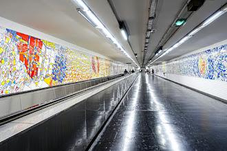Paris : Mosaïques de Claude Maréchal, deux fresques colorées sur les murs du couloir de correspondance entre les stations Cluny-la-Sorbonne et Saint-Michel-Notre-Dame - Vème