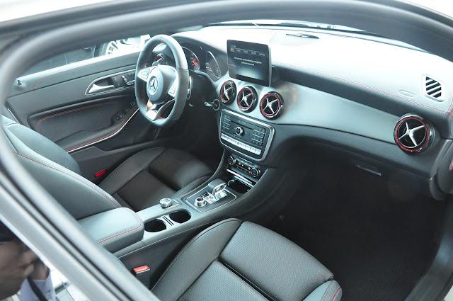 Nội thất Mercedes AMG CLA 45 4MATIC 2018 tương phản với 2 màu Đen và Đỏ