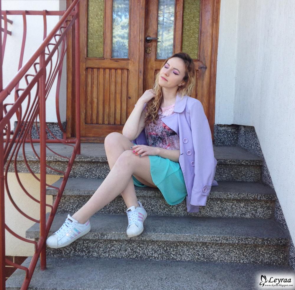 Płaszcz wiosenny liliowy, koszulka pudrowy róż, miętowa rozkloszowana spódnica, adidas superstar hologram