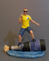 statuina uomo appassionato di vini surf bottiglia ritratto divertente orme magiche