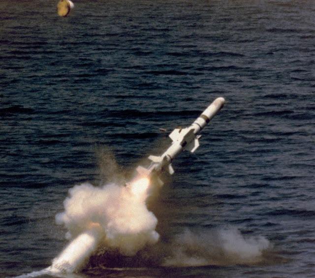 Lanzamiento de un Sub-Harpoon desde submarino