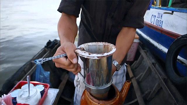 Những chiếc phin to được đổ lưng lửng bột cà phê rồi chế nước sôi. Ghe chạy đến đâu, cà phê nhỏ giọt đến đó, từ lúc chưa bình minh.