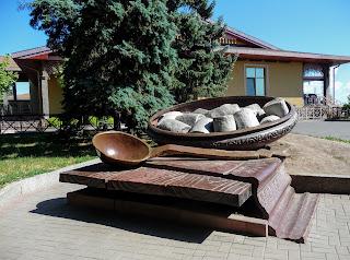 Полтава. Соборный майдан. Галушки из бетона