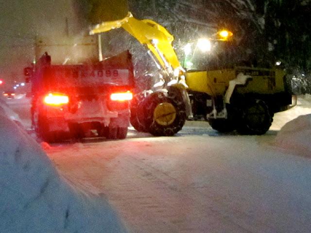 ダンプカーと除雪ドーザ
