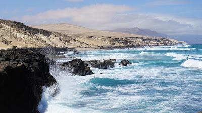 Die Felsenküste von Fuerteventura ist wild