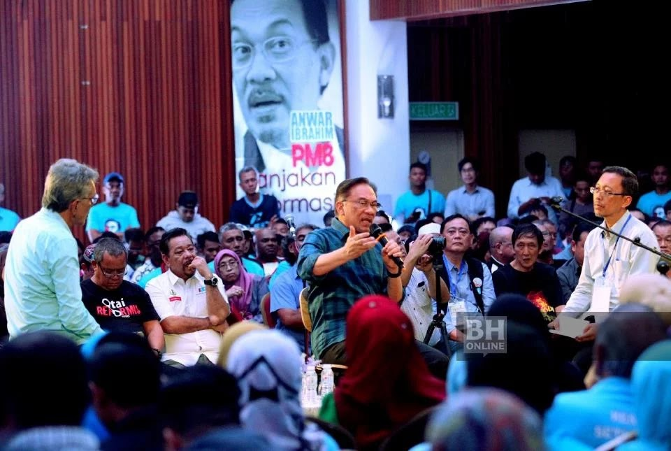 PKR President Datuk Seri Anwar Ibrahim at Anwar Ibrahim's Speech With Talk program in conjunction with President Anwar Ibrahim's Tour at the Darul Puteri Complex in Jalan Cheras.