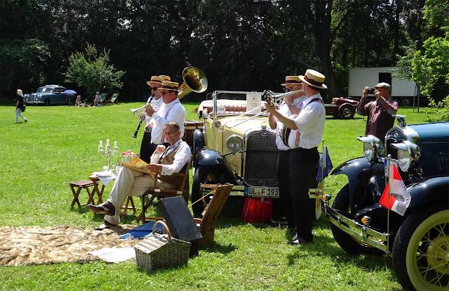 Historische Fords mit Picknick-Jazzkapelle und Sonnenschein auf Schloss Merode