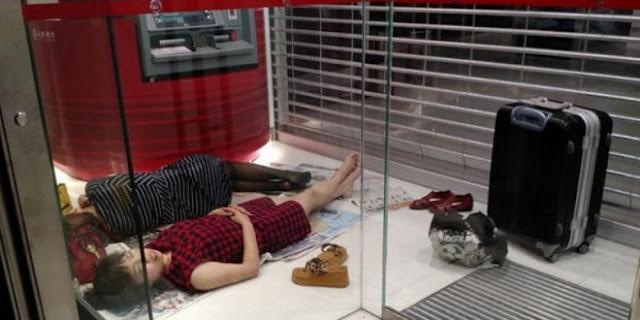 HEBOH !!! Dua Turis Wanita Tidur di ATM Picu Perselisihan