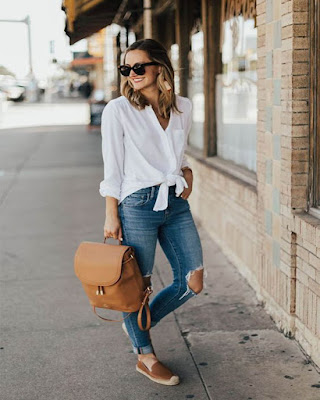 outfit con jeans rotos minimalista