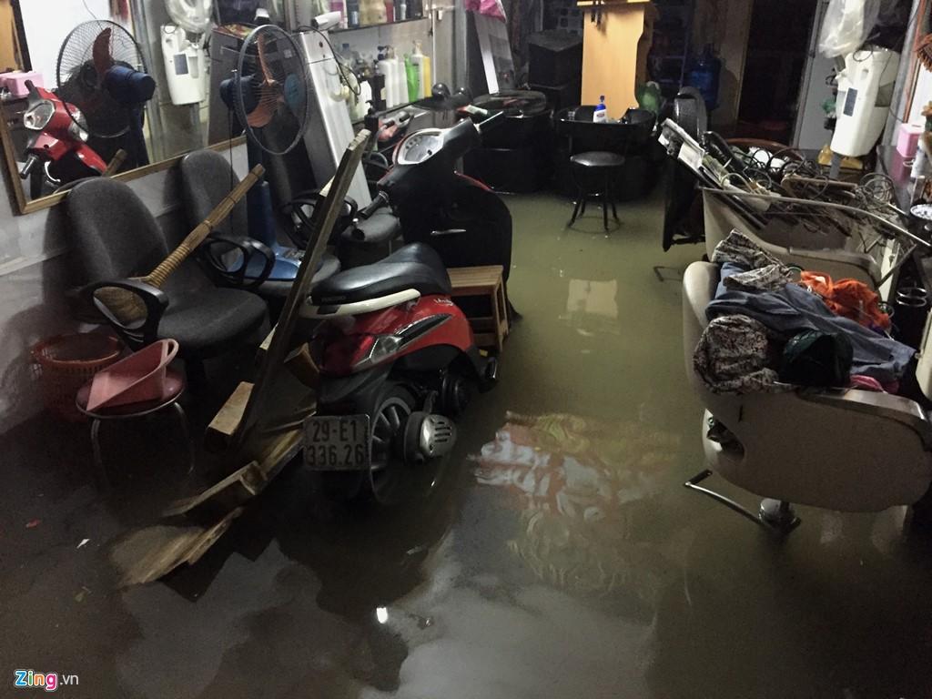 Mưa lớn khiến nước ngập bất ngờ tràn vào nhiều nhà dân.