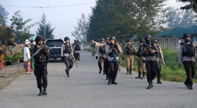 Aparat Bersenjata Lengkap Jaga Salat Idul Fitri dan Ibadah Kenaikan Isa Al-Masih di Ilaga.lelemuku.com.jpg