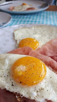 Camping-Frühstück mit Eiern und Speck