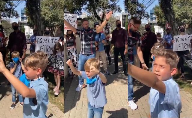 Crianças oram por doentes em frente a hospital e inspiram com sua fé
