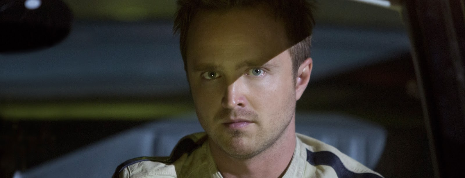 Aaron Paul atrás do volante nos featurettes da adaptação para os cinemas de NEED FOR SPEED