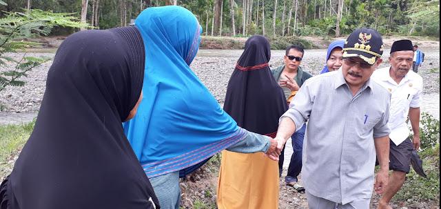 Tinjau Lokasi Longsor, Ali Mukhni Santuni Keluarga Korban