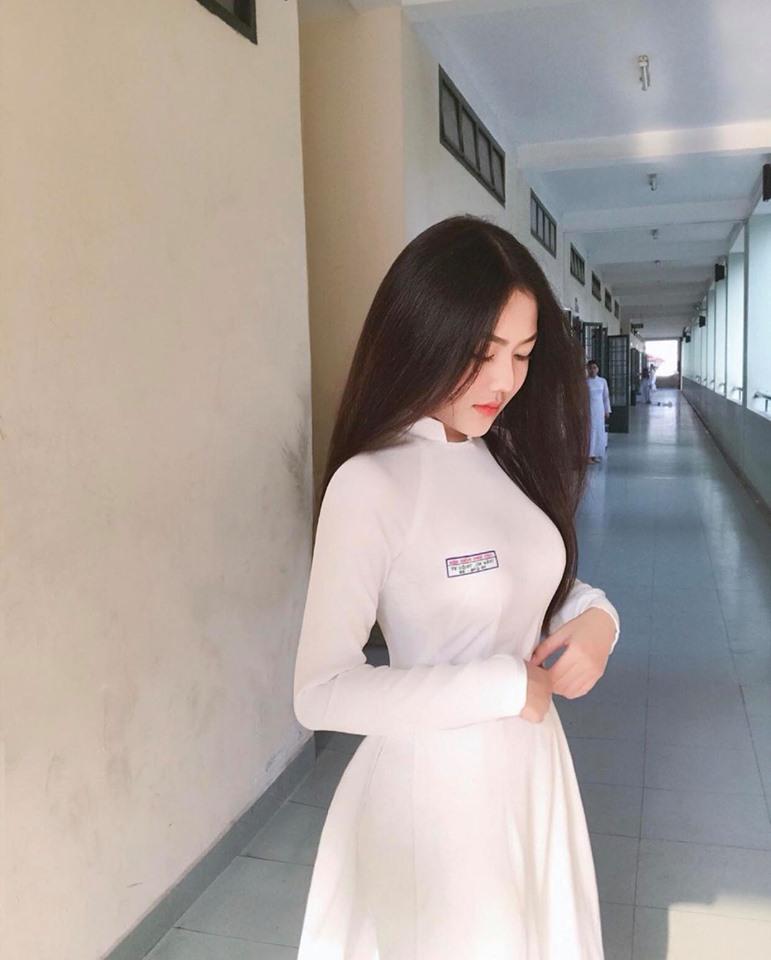 Nữ sinh 18 tuổi Sài thành nổi tiếng vì mặc áo dài quá đẹp ở tuổi dậy thì