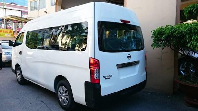 Nissan NV350 Urvan nhìn từ phía sau đuôi xe