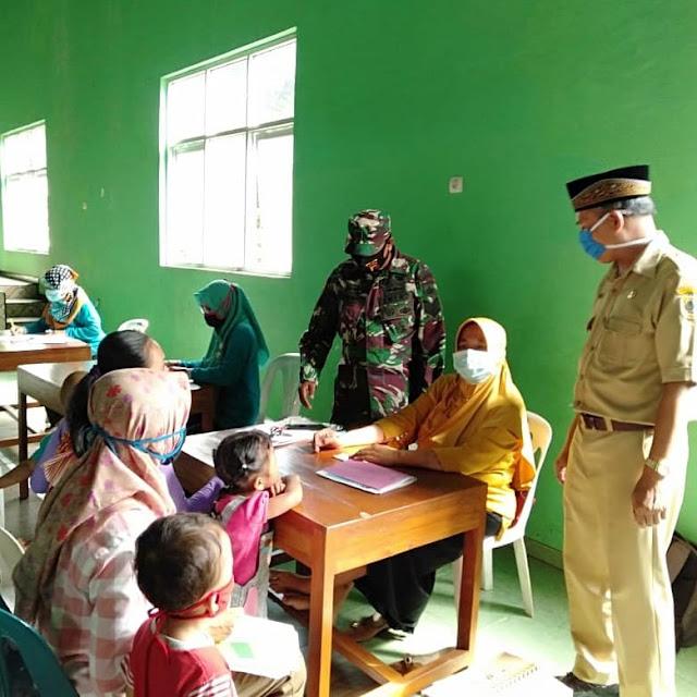 Bersama Perangkat Desa Babinsa Tinjau pelaksanan Posyandu di Manisrenggo