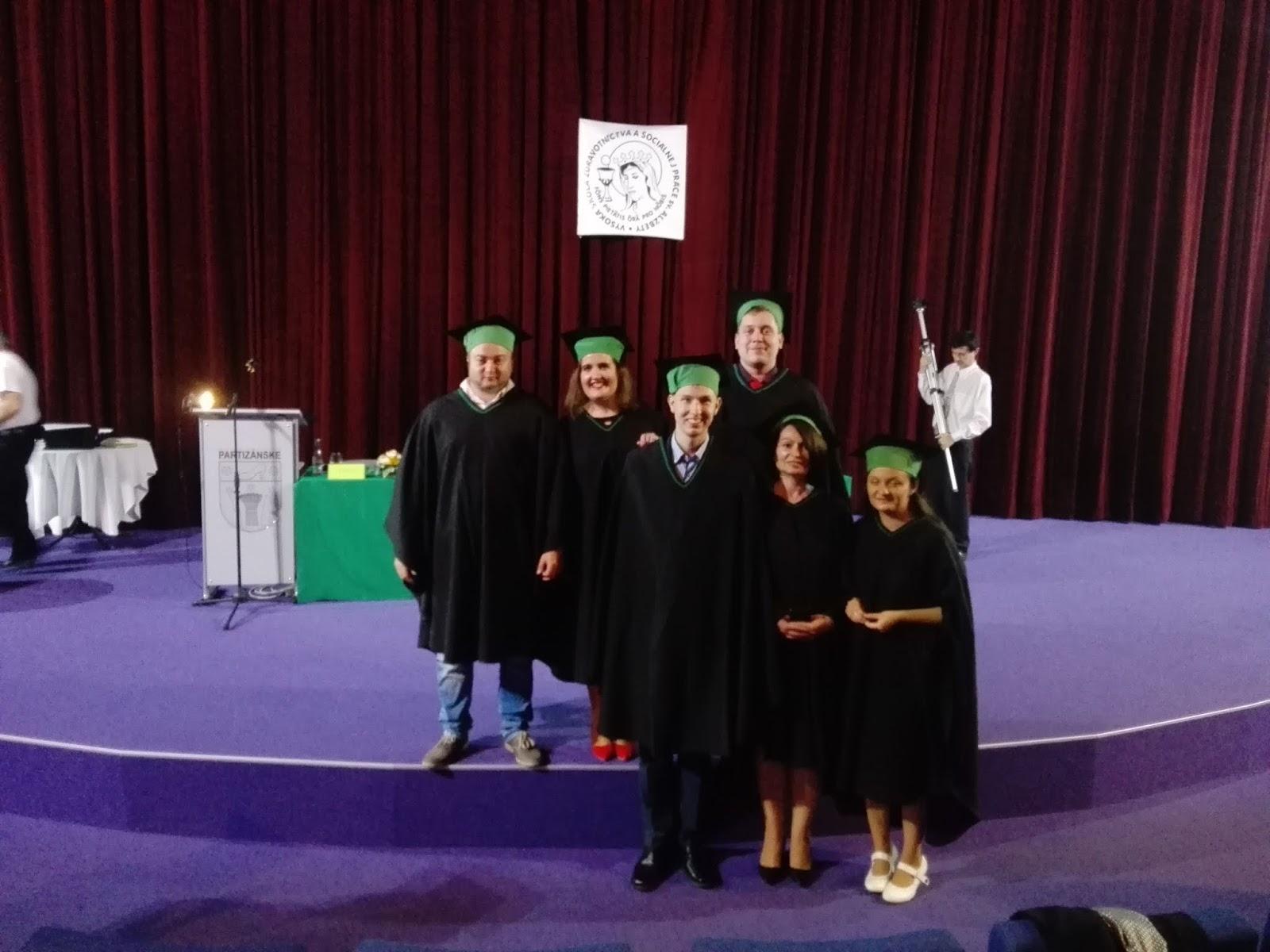 1a4801adf130 A potom pokračovalo iba poďakovanie od žiakov a od zriaďovateľa školy. A  bol koniec... Všetci sme sa rozpŕchli k rodinám a začali sme sa fotiť.