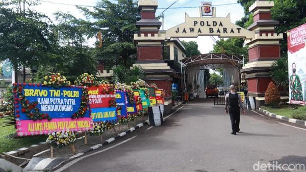 FPI Dilarang, Karangan Bunga Hiasi Gedung Sate hingga Markas TNI-Polri