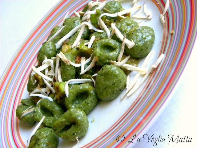 gnocchi verdi di spinaci e ricotta Master con fiori di zucchina e ricotta affumicata
